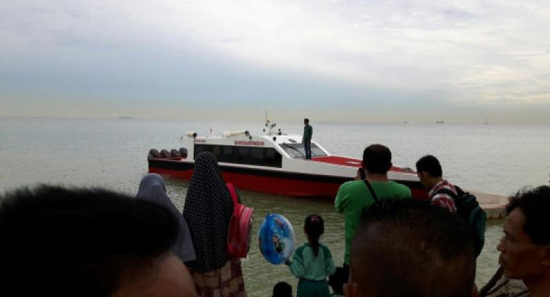 Residents watch a save and rescue boat depart to look for survivors of the deadly capsized boat accident on Nongsa waters in Batam on Tuesday morning.