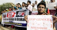 Bangladeshi students of Dhaka University carry banners 'Stop Genocide in Myanmar' take part in a protest against the recent attacks on the Rohingyas in Arakan in Myanmar, in Dhaka, Bangladesh, 21 November 2016./ EPA