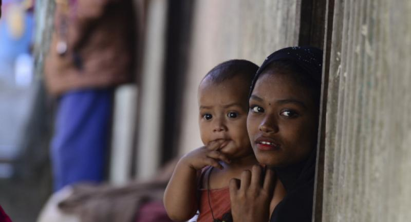 Myanmar Rohingya refugees look on in a refugee camp in Teknaf, in Bangladesh's Cox's Bazar, on November 26, 2016.  / AFP PHOTO / MUNIR UZ ZAMAN