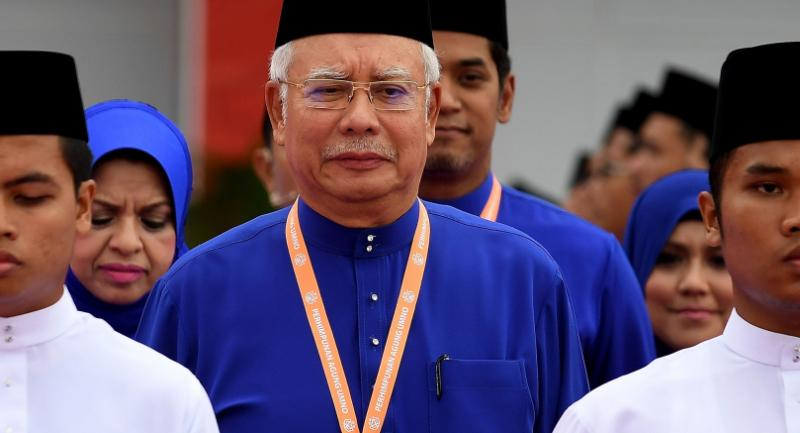 Malaysian Prime Minister Najib Razak (R) arrives to address the annual congress of his ruling party, the United Malays National Organisation (UMNO) in Kuala Lumpur on December 1, 2016. / AFP PHOTO