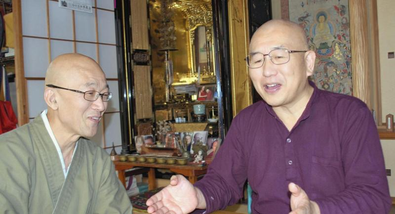 Issho Fujita, left, and Ryodo Yamashita explain how the number of people who participate in their zazen seated meditation and study sessions has been rapidly increasing. Photo/The Yomiuri Shimbun