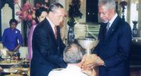 UN SecretaryGeneral Kofi Annan presents His Majesty with the first Human Development Lifetime Achievement Award on May 26, 2006.