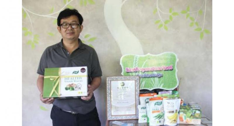 Head of Sanamchan Community Enterprise SaAad Chungsamarn introduces dried fruit and vegetable products under brands