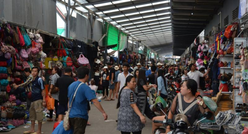Rong Kluea Market in Sa Kaew province is flooded by thousands of holidaymakers travelling from the North and the Northeast back to Bangkok and industrial provinces in the East after the long weekend.