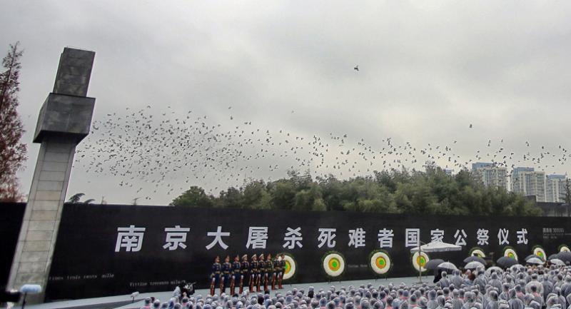 People mourn during China's 3rd National Memorial Day for the Nanjing Massacre victims, in Nanjing, Jiangsu Province, China, 13 December 2016. /EPA