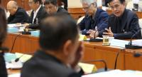 Thepchai Yong (far left) and other media representatives meet the NRSA's media reform committee at Parliament.