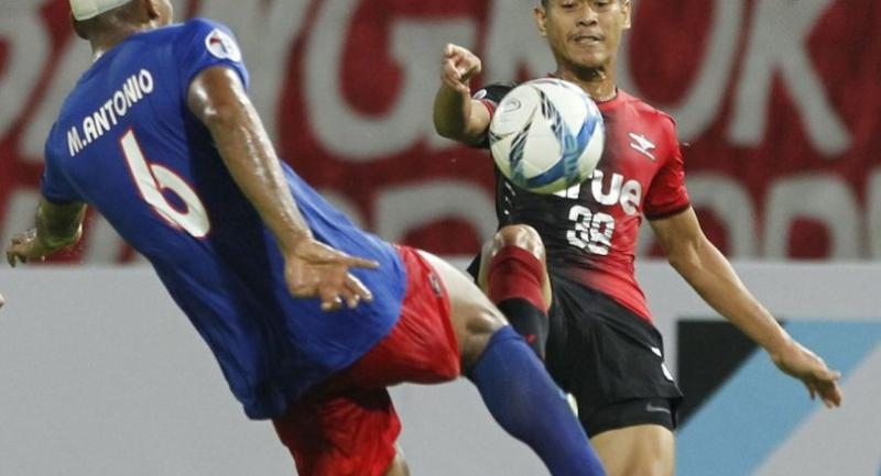 Bangkok United's Pokklaw Anan challenges for the ball with Johor defender Marcos Antonio during the game