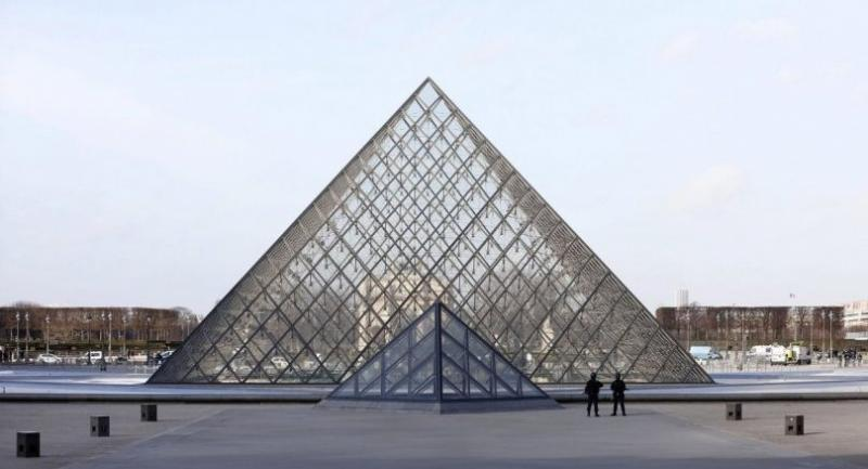 Police officers stands guard near the Pyramid of Le Louvre Museum, close to the Carrousel du Louvre, where a French soldier opened fire after an attempted machete attack by a man allegedly shouting 'Allahu akbar', in Paris, France. /EPA