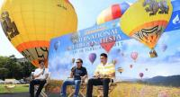 Rangsarit Luxitanonda, middle, vice president of Singha Corps, presides over the International Balloon Fiesta press conference at Rama Gardens Hotel