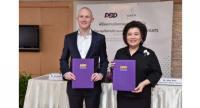Allen Penn, left, regional general manager of UberEATS, and  Banjongjitt Angsusingh, director-general of the Business Development Department, sign a cooperation agreement to promote Thai restaurants  via
