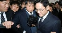 This picture taken on Thursday shows Samsung Group's heir-apparent Lee Jae-Yong (R) leaving after attending a court hearing on whether he will be issued with an arrest warrant at the Seoul Central District Court in Seoul. //AFP