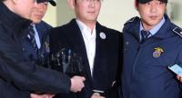 Samsung Group's heir-apparent Lee Jae-Yong (C) arrives for questioning at the office of a special prosecutor investigating a corruption scandal in Seoul on February 18, 2017.