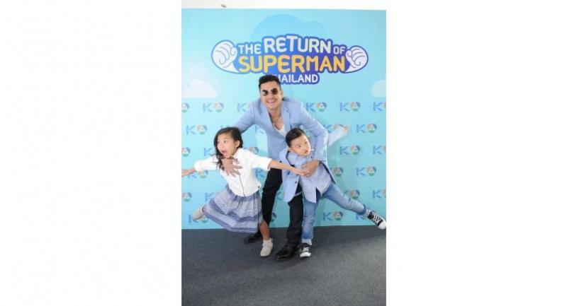Actor Somchai Khemklad and his kids.