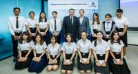 Prapat Soponpongpipat, centre, executive vice president of the geosciences and exploration group of PTTEP, and Putikarn Aurat, fourth from right, vice president of recruitment at PTTEP, with the scholarship winners.