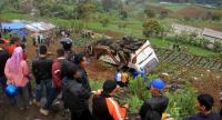 Residents look at a collapsed bus at a mountain road in Cianjur, Indonesia, 30 April 2017. At least 12 people were killed in a deadly accident that took place in Ciloto Cianjur mountain road.// EPA PHOTO