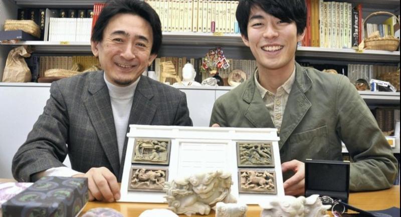 Professor Akira Ueda, left, and Hironobu Aoki of Chiba University show replicas of cultural assets made using 3D scans. Photo/Japan News