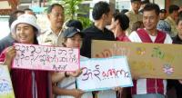 Around 40 people showed up at Mae Sariang District Office in Mae Hong Son yesterday to call for the transfer of Boonyarit Nipawanit, chairman of the Federation of Assistant District Chiefs of Thailand.
