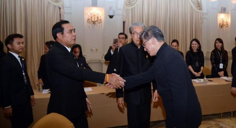 Prime Minister Gen Prayut Chan-o-cha shakes hands with Vincent Lo, chairman of Hong Kong Trade Development Council, during his meeting yesterday with businessmen from Hong Kong and Shanghai who came to Thailand.