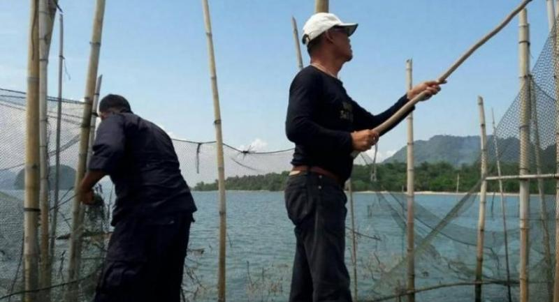 Officers are investigating further to find out who are the people responsible for using the illegal nets. Photo: Kritsada Mueanhawong