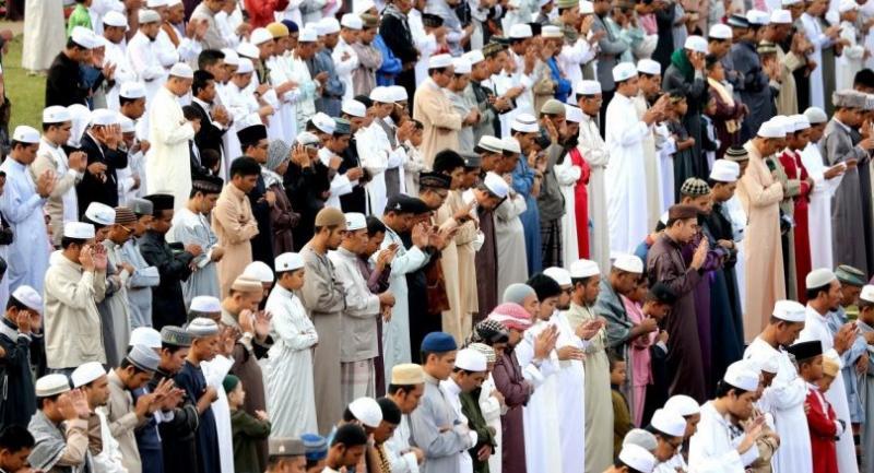 File photo : Thai Muslims pray during Hari Raya festival in Pattani.