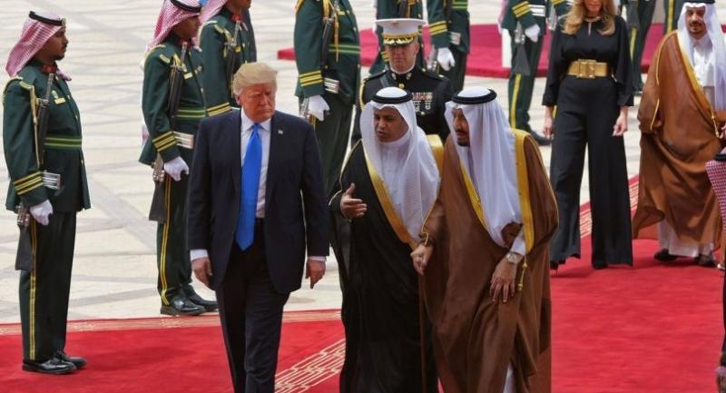 US President Donald Trump (C) is welcomed by Saudi King Salman bin Abdulaziz al-Saud (3rd-R) upon arrival at King Khalid International Airport in Riyadh on May 20, 2017, followed by First Lady Melania Trump (2nd-R). / AFP