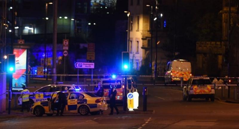 Police deploy at scene of a reported explosion during a concert in Manchester, England, on May 23, 2017./ AFP PHOTO / PAUL ELLIS