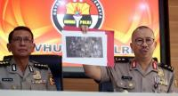 Indonesian police spokesmen Setyo Wasisto (R) and Martinus (L) show a photograph of gathered material collected as evidence from a suicide bombing site, during a press conference in Jakarta on May 25.//AFP