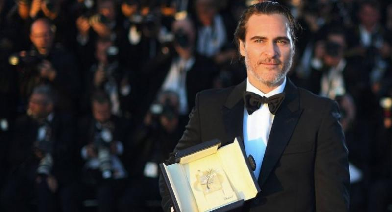 US actor Joaquin Phoenix poses on May 28, 2017 during a photocall after he won the Best Actor Prize for 'You Were Never Really Here' at the 70th edition of the Cannes Film Festival in Cannes, southern France. / AFP