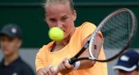The Netherlands' Richel Hogenkamp returns the ball to Serbia's Jelena Jankovic during their tennis match at the Roland Garros 2017 French Open on May 29, 2017 in Paris. / AFP PHOTO / Eric FEFERBERG