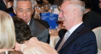 US Pentagon chief Jim Mattis (R) and Singapore Prime MInister Lee Hsien Loong (L) attend the opening dinner of the Institute for Strategic Studies (IISS), Shangri-La Dialogue summit in Singapore on June 2, 2017. / AFP PHOTO / ROSLAN RAHMAN