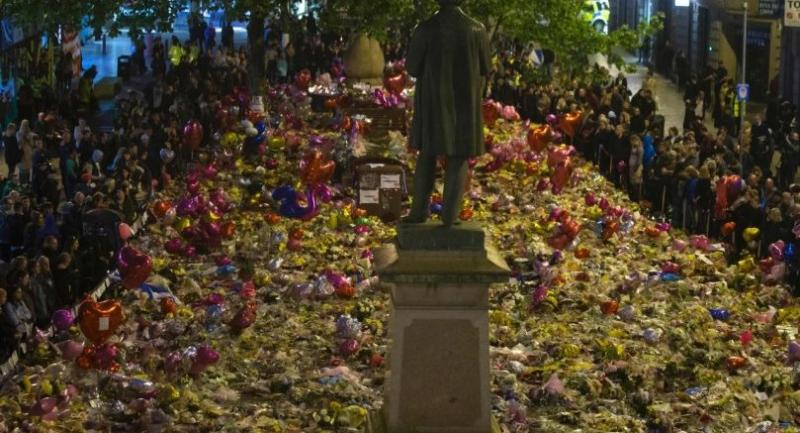 Members of the public take part in a vigil on St. Ann's Square in Manchester, northwest England on May 29, exactly one week after a bomb attack at Manchester Arena killed 22 and injured dozens more.//AFP