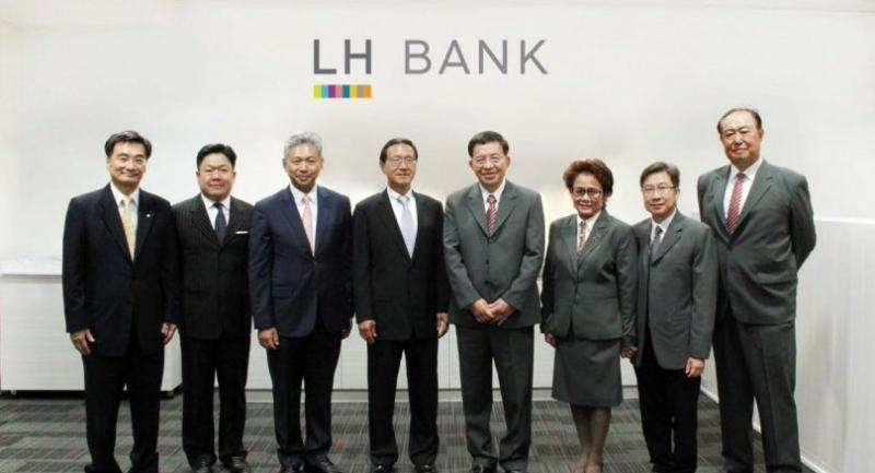 Rutt Phanijphand, chairman of executive directors, fourth right, and executives of Land and Houses Bank, welcome James Chen, president of CTBC Bank, fifth right, and CTBC's management team last week.