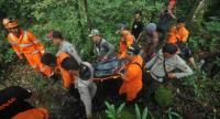 Indonesian search and rescue team members carry the body of German tourist Klaus Wolter, who went missing for a week after hiking up Mount Sibayak, an active volcano in North Sumatra province, in Sibolangit on June 30, 2017. // AFP PHOTO
