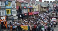 Demonstrators march along a street during a Shimla Nagrik Sabha rally against the rape and murder of a teenage girl, in Kotkhai, Shimla district, in the northern Indian state of Himachal Pradeshon, on July 20, 2017. / AFP PHOTO
