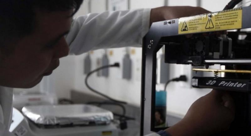 Material engineer, Irving Fernandez, from the Benemerita Autonomous University of Puebla (BUAP), calibrates a 3D printer to start the process of its prototype, made of a polymer./EPA