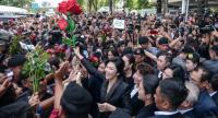 Former prime minister Yingluck Shinawatra is surrounded by supporters as she arrives at the Supreme Court yesterday to make her closing statement in the case linked to her government's controversial rice-pledging scheme.