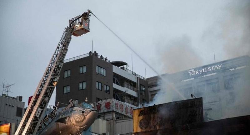 Japanese firefighters try to extinguish a fire at Tokyo's Tsukiji fish market on August 3, 2017. / AFP PHOTO
