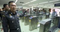 Immigration Bureau commander Police Lt-General Nathathorn Prousoontorn  on Wednesday inspects immigration operations at Don Mueang International Airport, which still saw long queues of arriving passengers although it was a weekday.