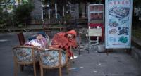 Residents fearing aftershocks sleep outside of their homes after an earthquake in Zhangzha in southwest China's Sichuan province on August 10, 2017. // AFP PHOTO