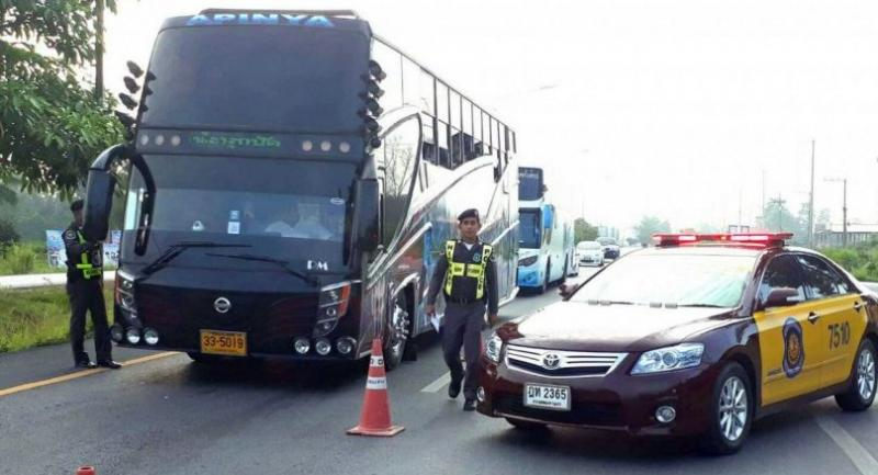 Police set up a security checkpoint on Bo Thong Highway in Kamphaeng Phet Province yesterday.