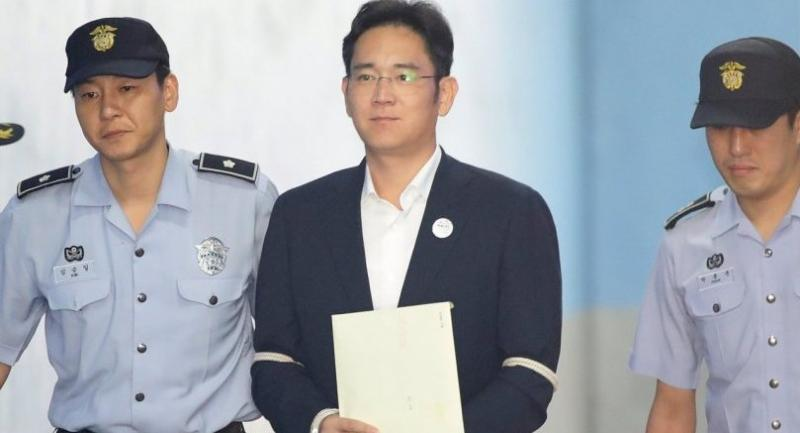 Samsung Group heir Lee Jae-yong (C) arrives at the Seoul Central District Court to hear the bribery scandal verdict in Seoul, South Korea on August 25.//EPA