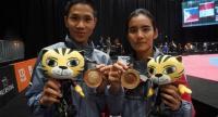 Taekwondo exponents Ramnarong Sawekwiharee and Julanan Khuntikulanon with their gold medals.