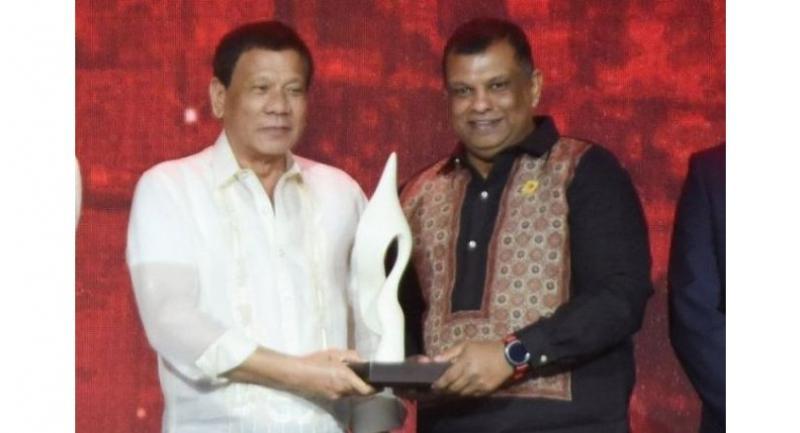 Philippine President Rodrigo Duterte presenting Fernandes with the award in Manila