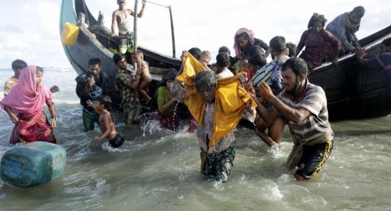 Rohingya Refugees walk towards the shore of Naf river as people arrive by boats, in Teknaf, Bangladesh on September 13.//EPA-EFE