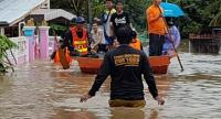 Villages are engulfed by a deluge of water as deep as 30 to 50 centimetres after a flash flood struck Phrae province yesterday, following a torrential downpour on Friday night. Officials were sent into the affected areas to provide aid.