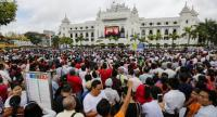 Myanmar citizens attend a public gathering held to listen to the live speech made by Myanmar State Counselor Aung San Suu Kyi in front of City Hall in Yangon, Myanmar, 19 September 2017. // EPA-EFE