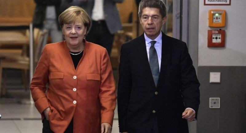 German Chancellor and CDU party leader Angela Merkel and her husband Joachim Sauer arrive at a polling station on September 24, 2017 in Berlin during general elections./AFP