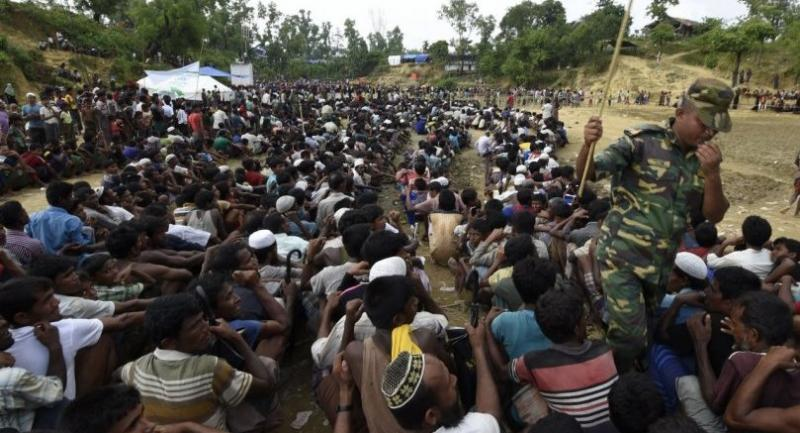 Rohingya Muslim refugees wait as food is distributed by the Bangladeshi army at Balukhali refugee camp near Gumdhum on September 26.//AFP