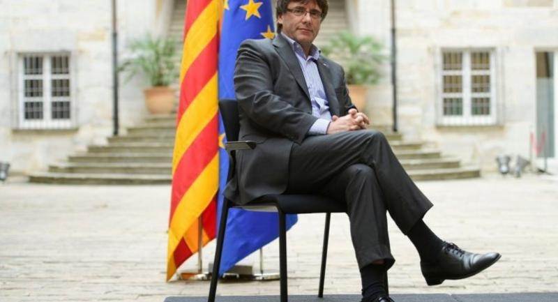 Catalan president Carles Puigdemont poses before an AFP interview in Girona on September 30, 2017. / AFP PHOTO / PIERRE-PHILIPPE MARCOU