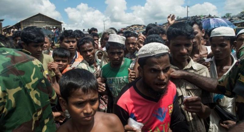Rohingya Muslim refugees rush to line up at a food distribution in Balukhali refugee camp near Gumdhum on September October 1, 2017. /AFP